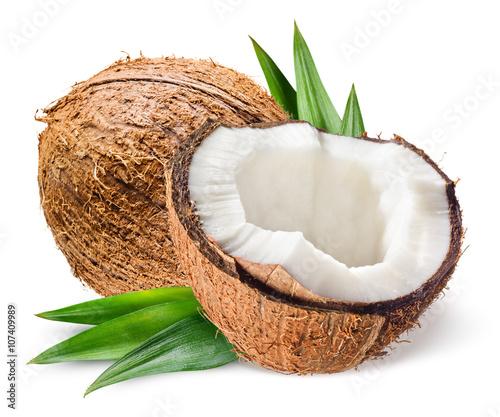 Kokos z połówką i liśćmi na białym tle