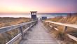 Strandübergang zur Ostsee mit Turm der Badeaufsicht, Sonnenuntergang
