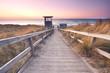 Sonnenuntergang an der Ostsee, Holzbohlenweg zum Meer