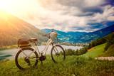 E-bike stojący nad piękną landskape z jeziorem - e-powe