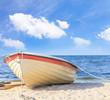 Ein kleines Boot am Sandstrand - auf der Insel Usedom