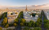 Paryż z góry prezentuje dachy, wieżę Eiffla, aleje z zadrzewioną aleją z haussmanowskimi budynkami oświetlonymi przez zachodzące słońce. Avenue Kleber, Avenue d'Iena i Avenue Marceau, 16. okręg