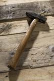foto di martello Martello su tavole di legno