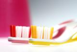 gelbe und pinke Zahnbürste makro