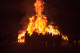 Osterfeuer Flammen Menschen - 107633549