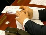 Руки мужчины, который нервничает на деловой встрече.