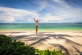 Девушка с поднятыми вверх руками на побережье, пляж, море, солнце, пальмы