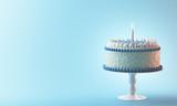 Torta compleanno con candela azzurra bimbo