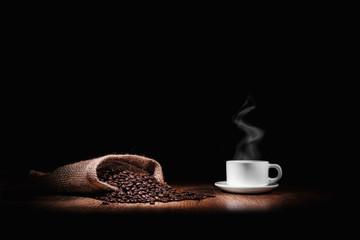 grains de café avec une tasse blanche