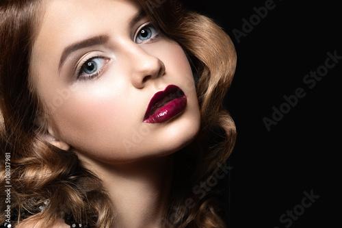 Póster Hermosa morena en forma de Hollywood con rizos, labios oscuros