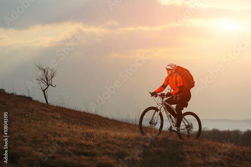 mezczyzna-cyklista-z-plecakiem-jedzie-bicykl