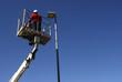 Operaio su cestello elevatore con lampione led a risparmio energetico