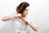 Długie zdrowe i lśniące włosy, długie kobiece włosy.  - 108142322