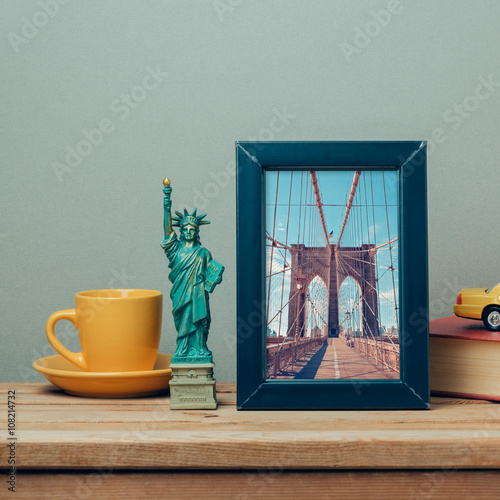 Foto op Plexiglas New York TAXI Travel to New York, USA concept with poster mock up template and souvenirs on wooden table