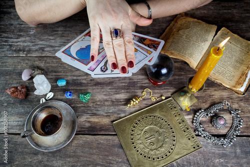 Plakát Kartářka žena předpovídání budoucnosti z karet