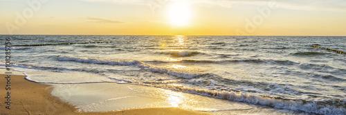 Panel Szklany Urlaub am Meer - Sandstrand und Sonnenaufgang an der Ostseeküste - Banner / Panoroma