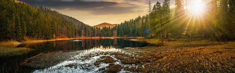 Fototapeta słoneczna panorama z widokiem górskim i jeziorem