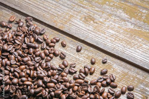 Papiers peints Café en grains coffee beans on wooden table