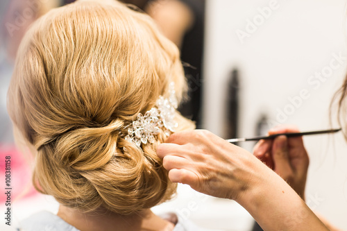 Plagát, Obraz Hair stylist makes the bride before a wedding
