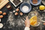 krásná žena připravuje cookies a muffiny