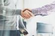 Detaily fotografie obchodní partnerství setkání foto businessmans handshake úspěšných podnikatelů potřesení rukou po hodně horizontální rozostřeného pozadí