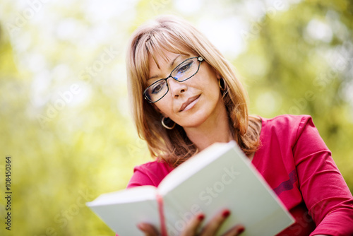 Zdjęcia na płótnie, fototapety, obrazy : Relaxing with a good book