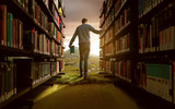Mann in Bücherei mit lebhafter Fantasie - 108469114