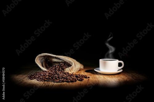 Fotobehang Koffiebonen grains de café avec une tasse blanche