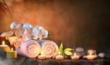Zdrój - para ręczniki z świeczkami i orchideą dla naturalnego masażu