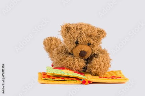 mata magnetyczna Kleiner Teddybär liest ein Buch