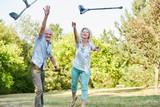Senioren Paar wirft Krücken in die Luft