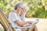 Glückliche Senioren lesen in einem Buch