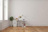 Schreibtisch in Ecke von Raum