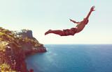 Mann springt von Klippe ins Meer - 108556585