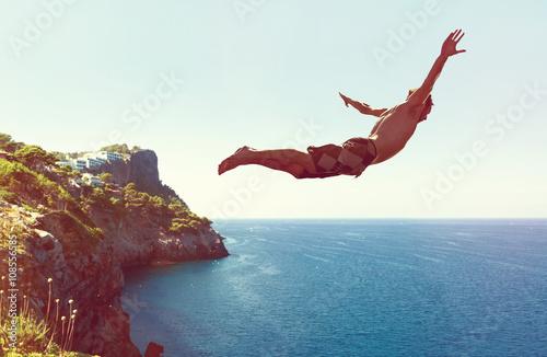 Póster Mann von springt Klippe ins Meer