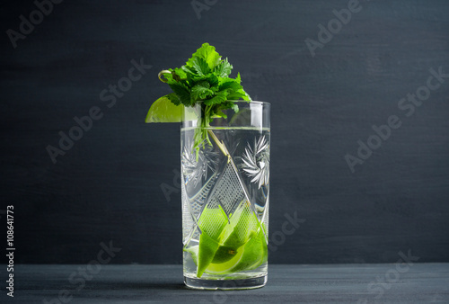 Foto op Canvas Opspattend water Fresh cocktail with mint on the wooden background