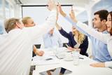 Hände geben sich High Five beim Business Meeting