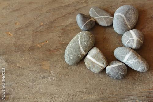 Foto op Canvas Zen Steinkreis auf Holztisch