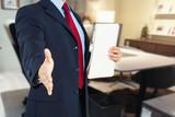 uomo in ufficio stretta di mano