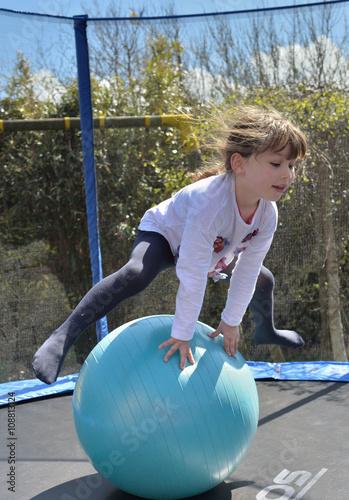 Poster enfant jouant dans un trampoline