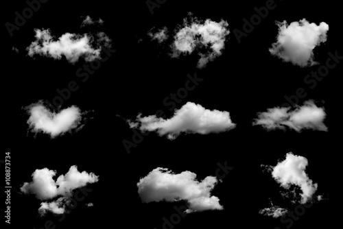 Set odosobnione chmury na czarnym tle.