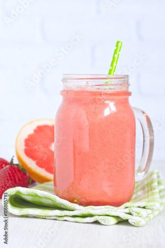 """Grapefruit strawberry smoothie"""" Stockfotos und lizenzfreie Bilder auf ..."""