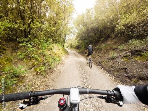 Zdjęcia na płótnie, fototapety, obrazy : coppia di ciclisti in mountain bike lungo una strada di montagna