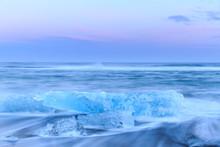 Ijsbergen op crystal zwarte strand in IJsland