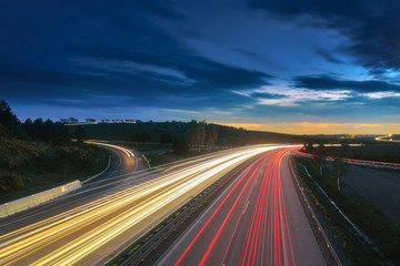 Światła w ruchu na autostradzie motoryzacja