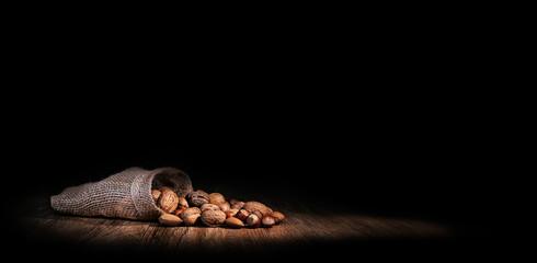 sac de noix et noisettes sur fond noir