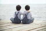 Fototapety hermanos mirando el mar