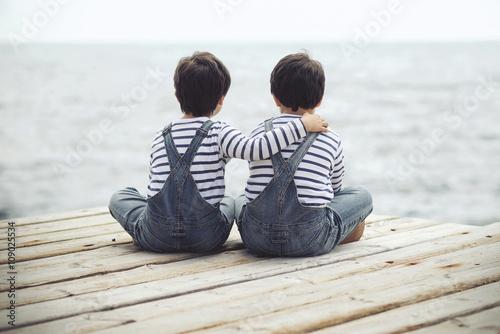 hermanos mirando el mar