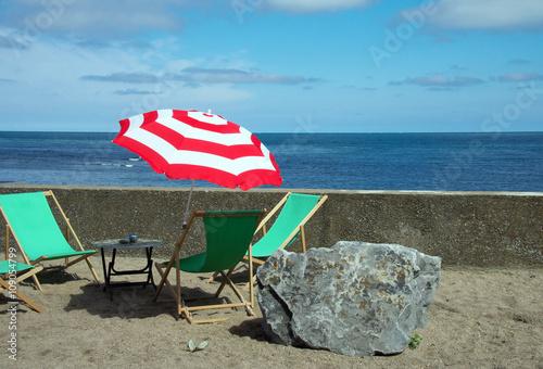 liegestuhl und sonnenschirm am strand fotolia. Black Bedroom Furniture Sets. Home Design Ideas