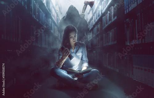Frau mit lebhafter Fantasie in Bücherei Poster